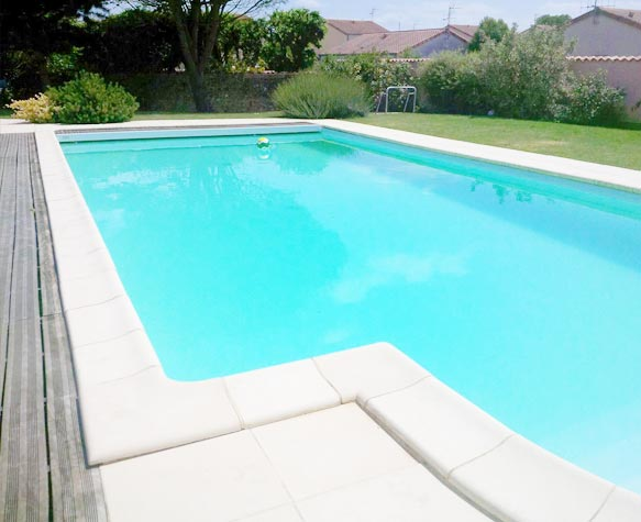 Am nagement ext rieur en b ton d sactiv terrasse for Piscine poitiers